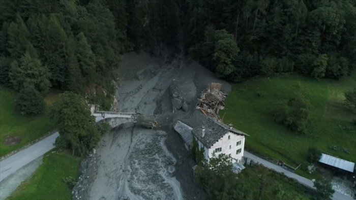 Συγκλονιστικές φωτογραφίες από τις κατολισθήσεις στις Αλπεις - εικόνα 2