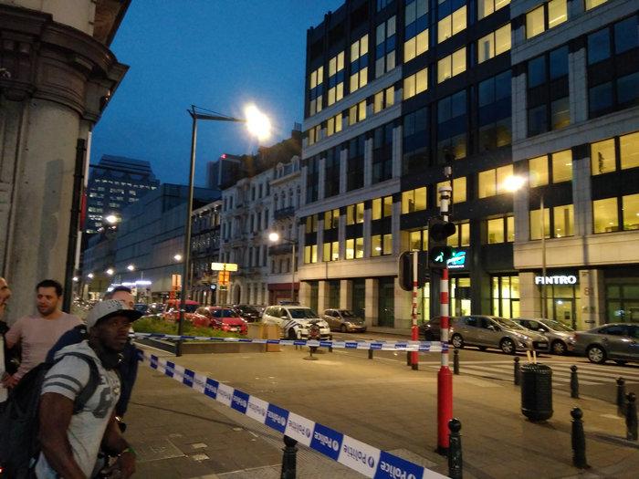 Άνδρας επιτέθηκε με ματσέτα σε δύο στρατιώτες στις Βρυξέλλες - εικόνα 2