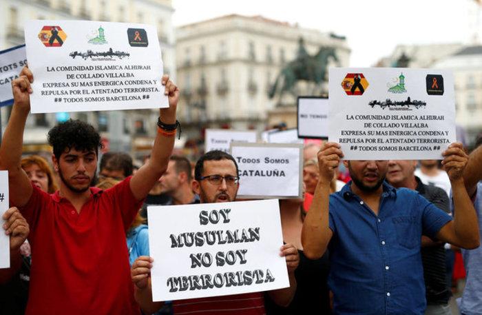 Mαζική πορεία ενότητας κατά της τρομοκρατίας στη Βαρκελώνη (φωτό) - εικόνα 4