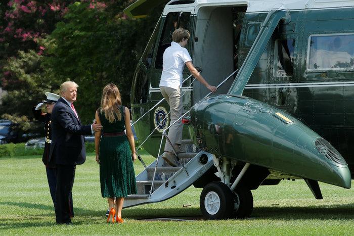 Μελάνια Τραμπ: Σε στρατιωτική βάση με ... ψηλοτάκουνες πορτοκαλί γόβες - εικόνα 2