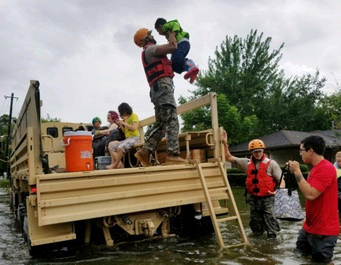 Tρομακτικές οι καταστροφές από τον Χάρβεϊ - Στο Τέξας ο Τραμπ