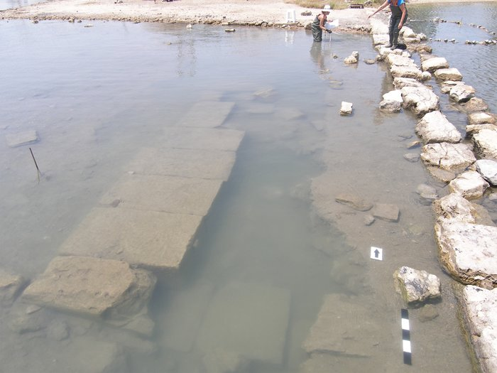 Σαλαμίς, Όρμος Αμπελακίου. Καταβυθισμένο τμήμα κρηπιδώματος πιθανόν μεγάλου δημόσιου οικοδομήματος (αριστερά) παρά τον λιμένα της αρχαίας πόλης της Σαλαμίνος, στην βόρεια πλευρά του Όρμου (φωτογραφία: Χρ. Μαραμπέα).