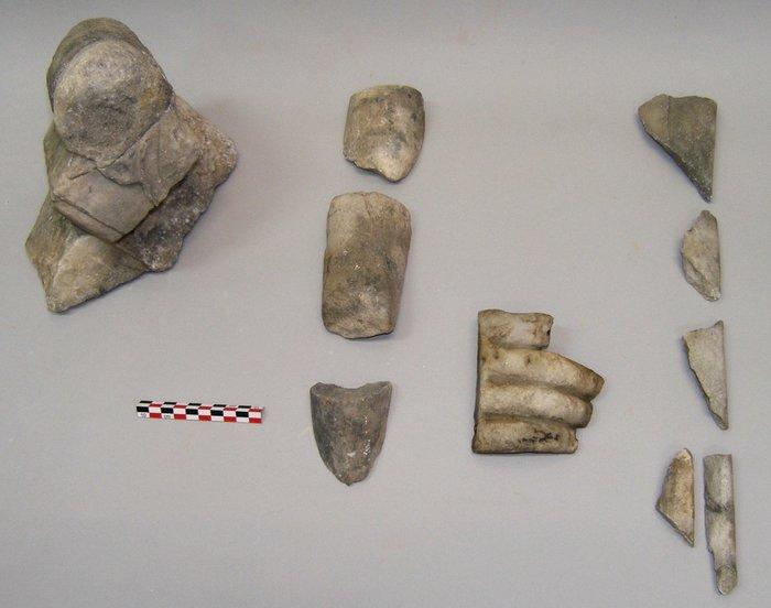 Σαλαμίς, Όρμος Αμπελακίου. Μαρμάρινα ευρήματα Ρωμαϊκών χρόνων, από την έρευνα του μεγάλου οικοδομήματος στην βόρεια πλευρά του Όρμου: θραύσματα βωμίσκου (αριστερά) και αγαλμάτων (φωτογραφία: Χρ. Μαραμπέα).