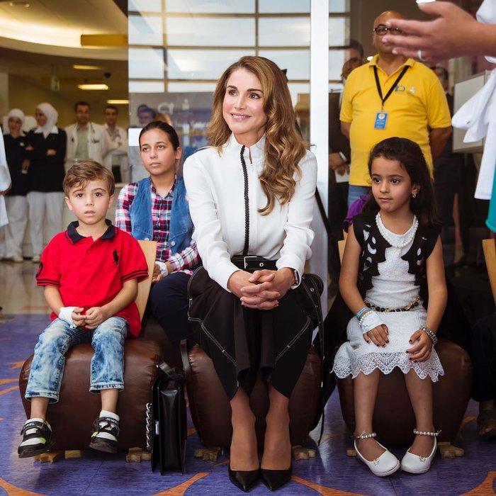 Βασίλισσα Ράνια: Η νέα της εμφάνιση που αποθέωσε το στυλ - εικόνα 2