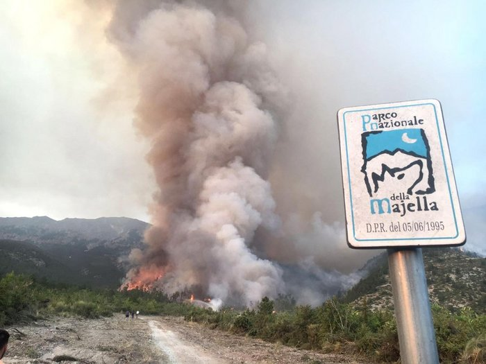 Φωτιές σε όλη την Ιταλία: Στις φλόγες η ιστορική Dux, στο Τζιάνο - εικόνα 2