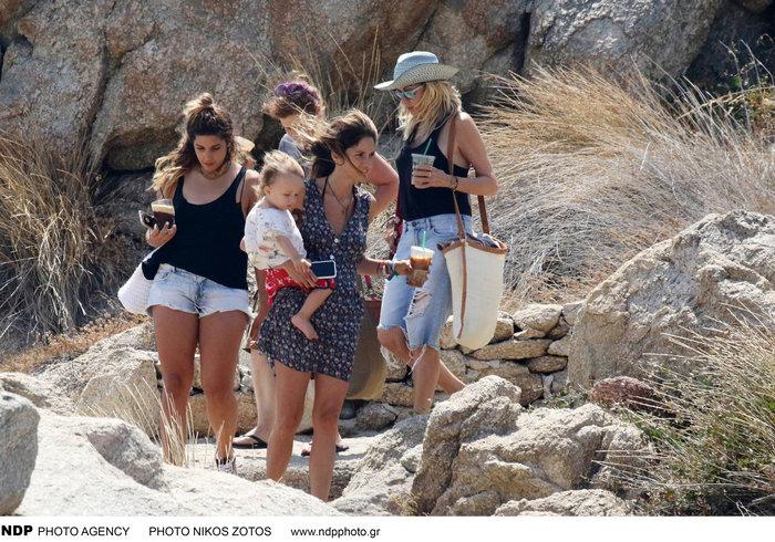 Νίκος Καρβέλας: Παίζει με τα εγγόνια του και το απολαμβάνει [φωτο]
