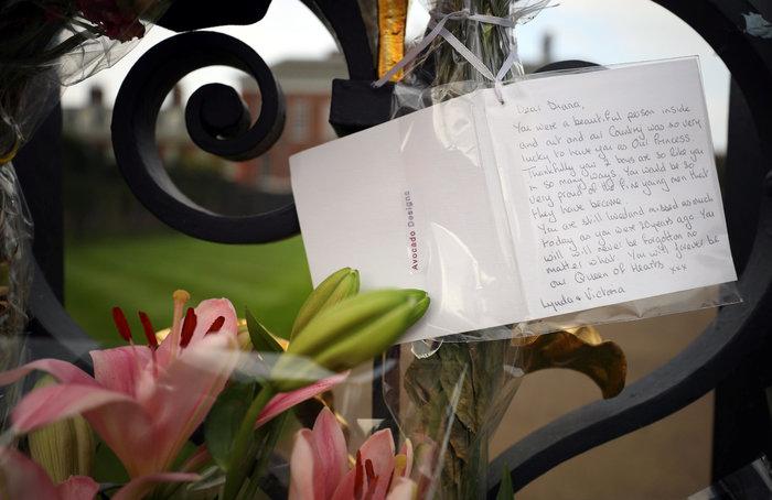 Ουίλιαμ και Χάρι τιμούν τη μνήμη της Νταϊάνα στον κήπο που αγάπησε - εικόνα 3