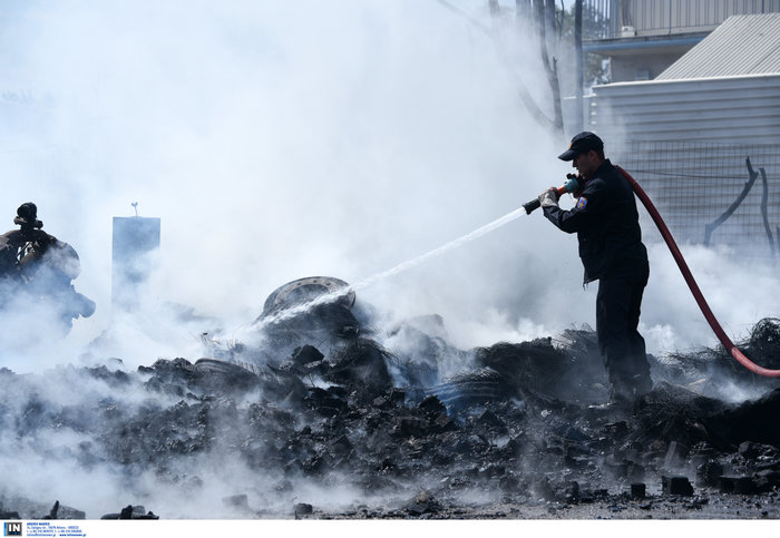 Εκτακτο: Μεγάλη φωτιά σε προαύλιο χώρο μεταφορικής εταιρίας στο Βοτανικό - εικόνα 2