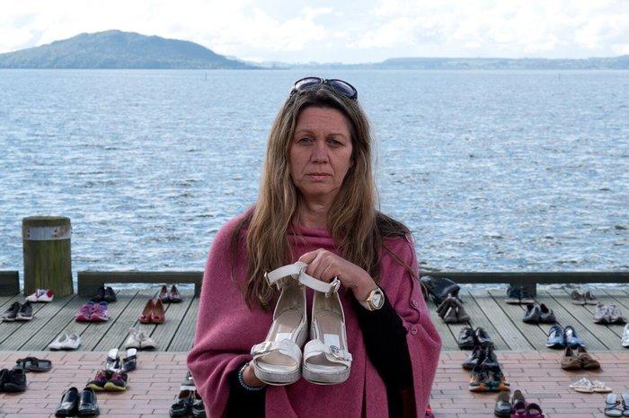 Γονείς κρατούν τα άδεια παπούτσια των παιδιών τους που αυτοκτόνησαν