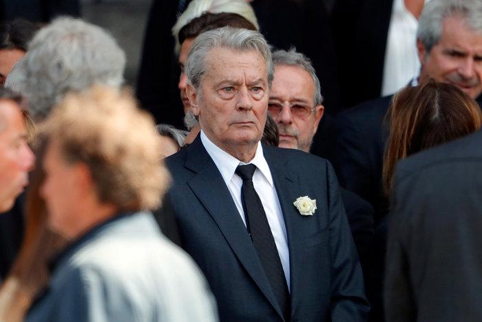 Τα δάκρυα του Αλέν Ντελόν στην κηδεία της Μιρέιγ Ντάρκ - εικόνα 2