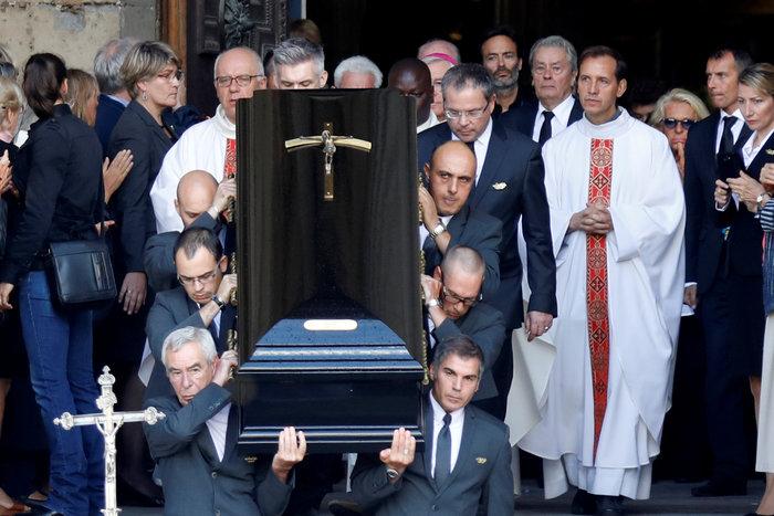 Τα δάκρυα του Αλέν Ντελόν στην κηδεία της Μιρέιγ Ντάρκ - εικόνα 3