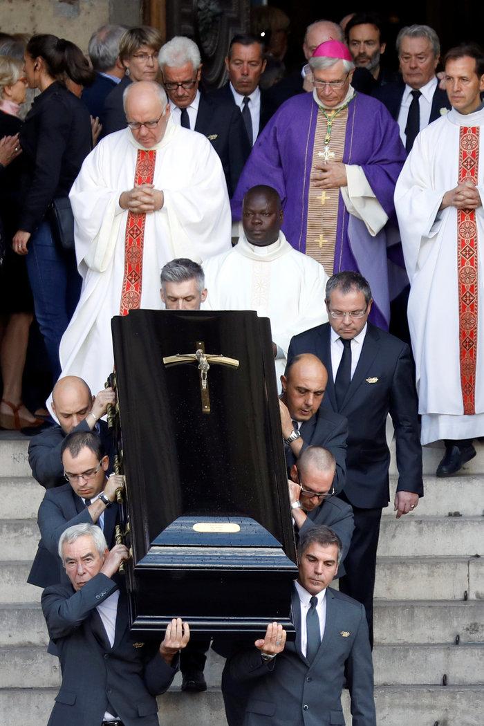 Τα δάκρυα του Αλέν Ντελόν στην κηδεία της Μιρέιγ Ντάρκ - εικόνα 4