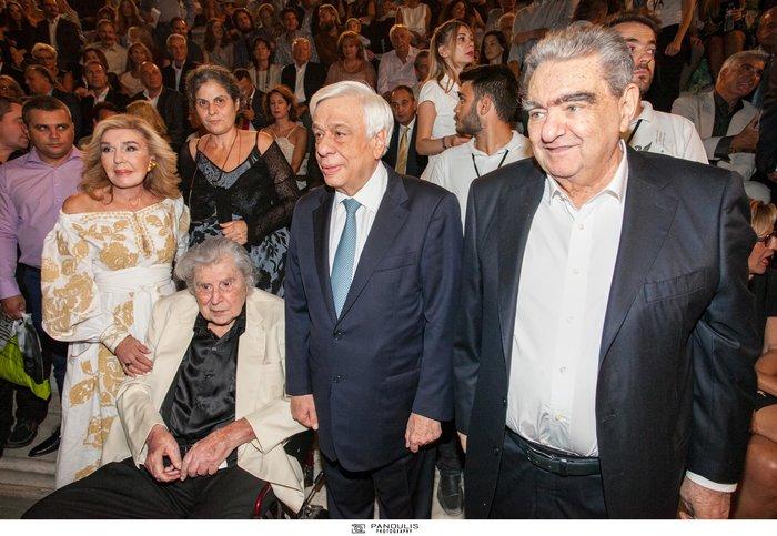 Ο Μίκης Θεοδωράκης με τους (από αριστερά) Μαριάννα Βαρδινογιάννη, Προκόπη Παυλόπουλο και Βαρδή Βαρδινογιάννη