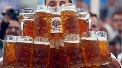 Σερβιτόρος μπήκε στο βιβλίο Guinness για μεταφορά μπύρας Βίντεο