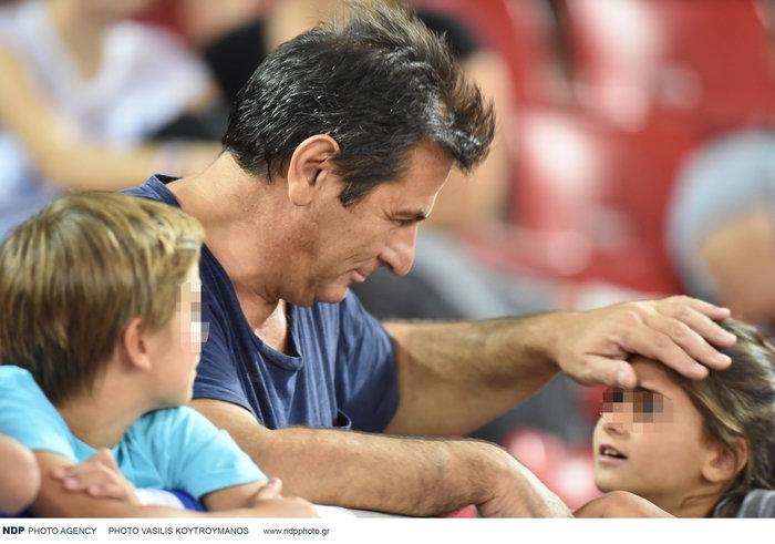Κώστας Αποστολίδης: Σπάνια εμφάνιση στο γήπεδο μαζί με τα τρία παιδιά του - εικόνα 2