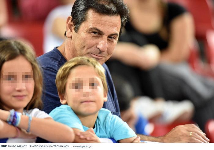 Κώστας Αποστολίδης: Σπάνια εμφάνιση στο γήπεδο μαζί με τα τρία παιδιά του - εικόνα 3