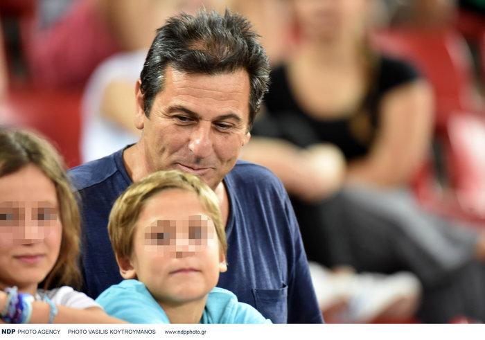 Κώστας Αποστολίδης: Σπάνια εμφάνιση στο γήπεδο μαζί με τα τρία παιδιά του - εικόνα 4