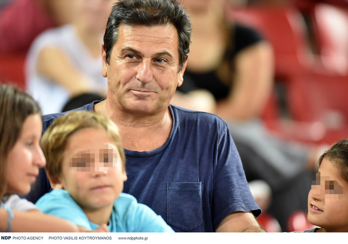 Κώστας Αποστολίδης: Σπάνια εμφάνιση στο γήπεδο μαζί με τα τρία παιδιά του - εικόνα 5