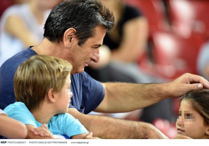 Κώστας Αποστολίδης: Σπάνια εμφάνιση στο γήπεδο μαζί με τα τρία παιδιά του - εικόνα 6
