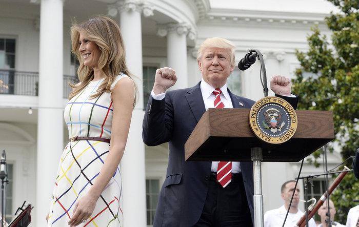 Πονοκέφαλος στον Λευκό Οίκο για το «ελληνικό» φόρεμα της Μελάνια [Εικόνες]