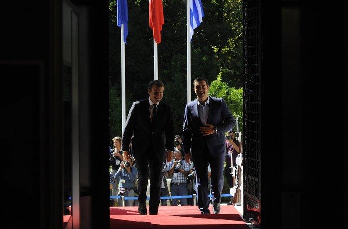 """Στο Μαξίμου ο Μακρόν: """"Τρομακτικές οι προσπάθειες των Ελλήνων"""""""