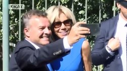 i-makron-stin-arxaia-agora-oi-selfies-to-aprosmeno-dwro-pou-tis-foresan