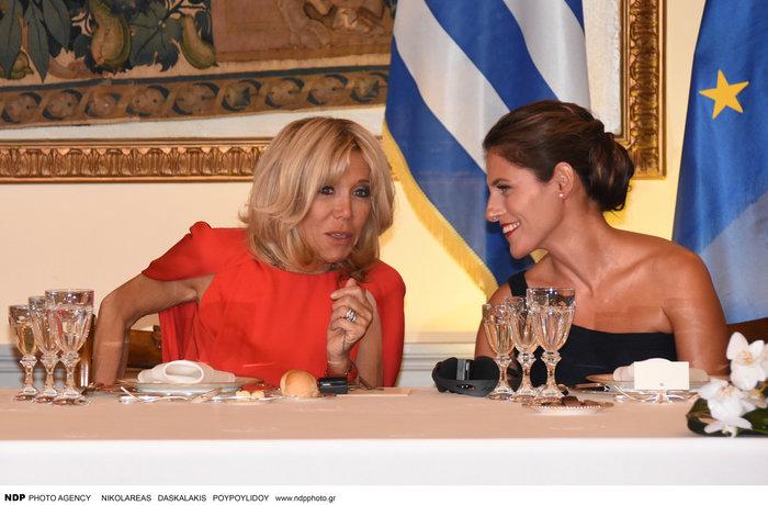 Μπριζίτ Μακρόν: Αυτό το χρυσό κολιέ της έκανε δώρο η Βλασία Παυλοπούλου