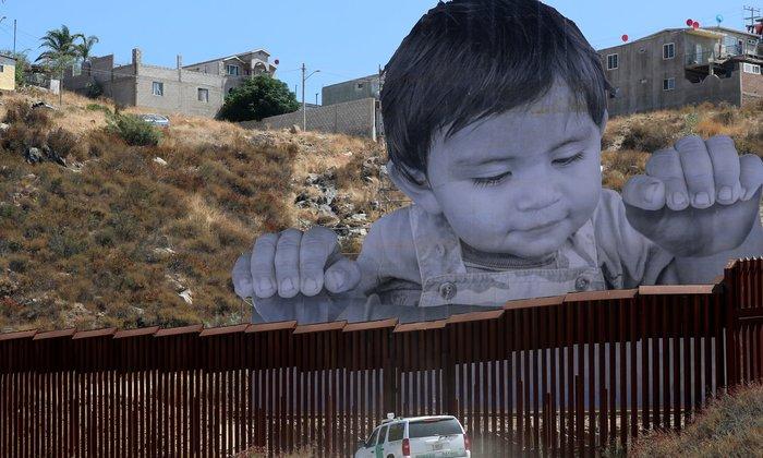 Τέχνη χωρίς σύνορα: Ενα αγόρι «παγιδευμένο» στα σύνορα Μεξικού-ΗΠΑ