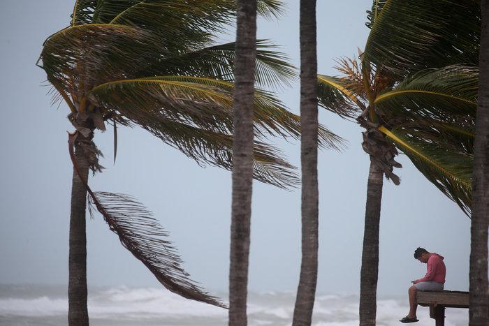 Με 210 χλμ την ώρα ο τυφώνας «Ίρμα» χτυπάει την Φλόριντα