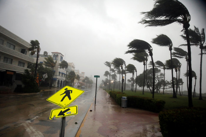 Με 210 χλμ την ώρα ο τυφώνας «Ίρμα» χτυπάει την Φλόριντα - εικόνα 2