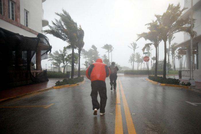 Με 210 χλμ την ώρα ο τυφώνας «Ίρμα» χτυπάει την Φλόριντα - εικόνα 5