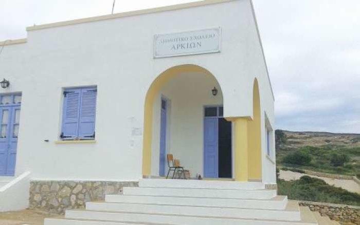 Το γραφικό ελληνικό νησάκι που το σχολείο του έχει μόνο μια δασκάλα και ένα μαθητή!