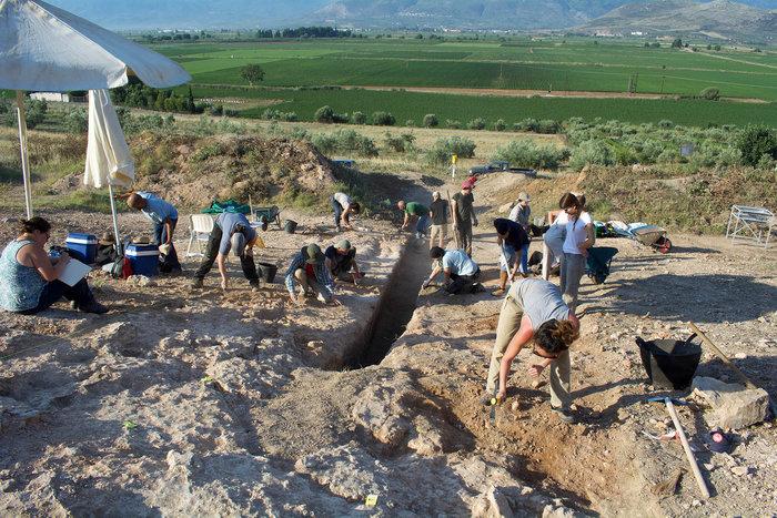 Θαλαμοειδής τάφος Προσηλίου. Η ανασκαφή του δρόμου που οδηγούσε στον τάφο σε εξέλιξη
