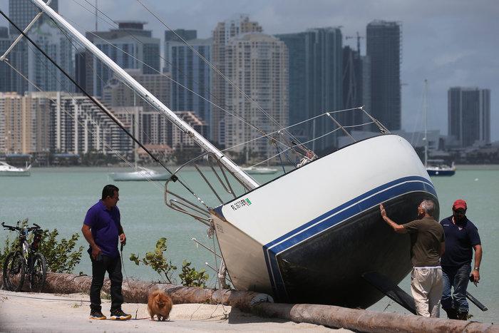 Εξι νεκροί και τεράστια καταστροφή από την Ιρμα στη Φλόριντα