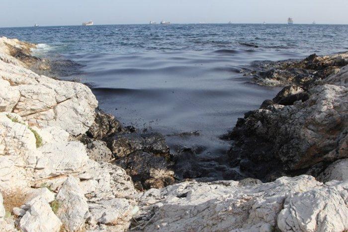 Οικολογική καταστροφή στον Σαρωνικό από το δεξαμενόπλοιο [φωτό] - εικόνα 2