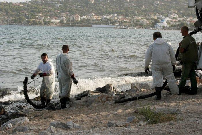 Οικολογική καταστροφή στον Σαρωνικό από το δεξαμενόπλοιο [φωτό] - εικόνα 4