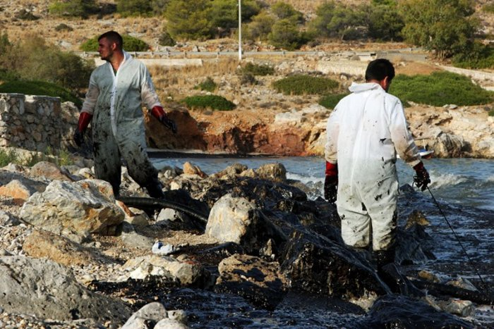 Οικολογική καταστροφή στον Σαρωνικό από το δεξαμενόπλοιο [φωτό] - εικόνα 5