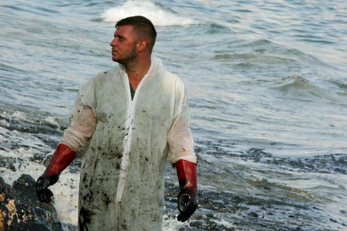 Οικολογική καταστροφή στον Σαρωνικό από το δεξαμενόπλοιο [φωτό] - εικόνα 6