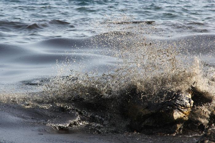 Στην Πειραϊκή φτάνουν μεγάλα κομμάτια της πετρελαιοκηλίδας