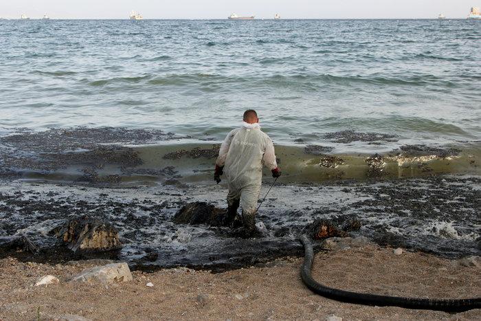 Στην Πειραϊκή φτάνουν μεγάλα κομμάτια της πετρελαιοκηλίδας - εικόνα 2