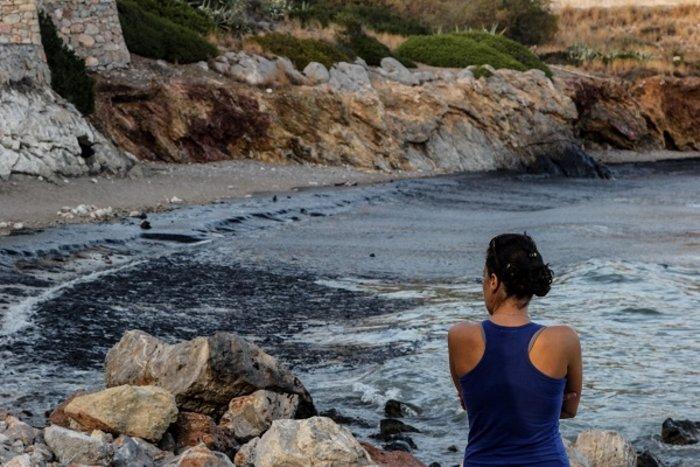 Στη Φρεαττύδα έφτασε η πετρελαιοκηλίδα από τη Σαλαμίνα - εικόνα 6