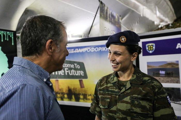 Ο Σταύρος Θεοδωράκης, το πολυβόλο και η χαμογελαστή αρχιλοχίας - εικόνα 4