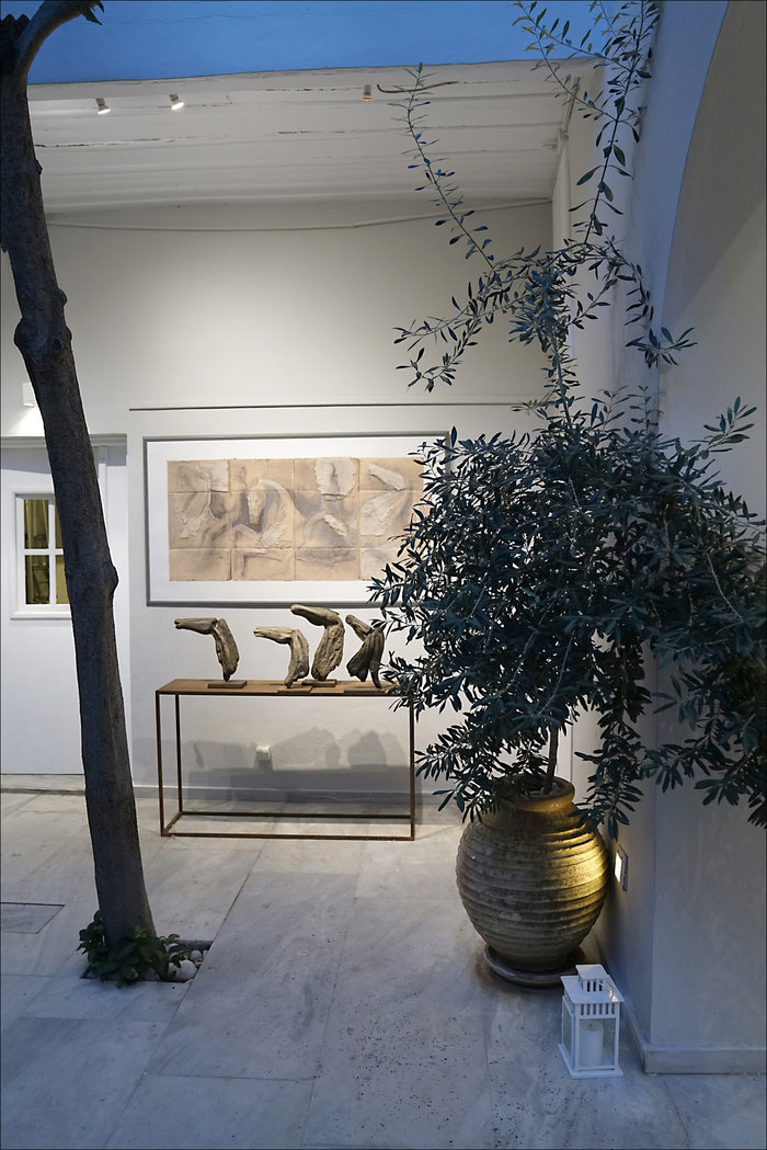 Φωτογραφία εγκατάστασης - εσωτερική αυλή της γκαλερί CITRONNE – Έκθεση Αλεξάνδρας Αθανασιάδη- έργο «Σπουδή της Ζωφόρου του Παρθενώνα V»