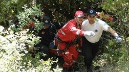 Επεσε σε χαράδρα 50 μέτρων & βρέθηκε κρεμασμένος σε κλαδί!
