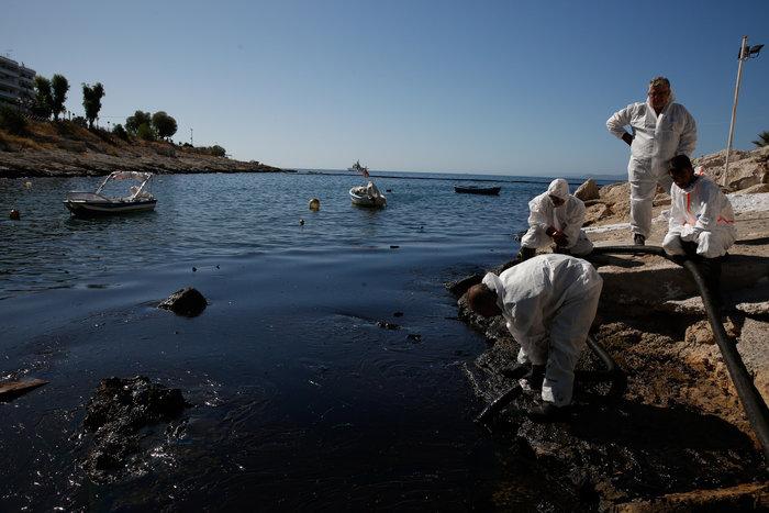 Απίστευτο: 300 μ. από τις ακτές της Βούλας η πετρελαιοκηλίδα - εικόνα 2