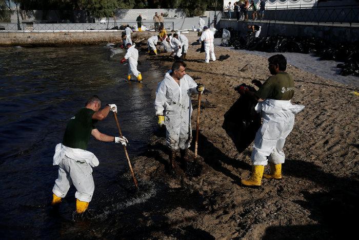 Απίστευτο: 300 μ. από τις ακτές της Βούλας η πετρελαιοκηλίδα