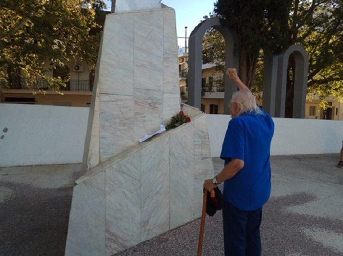 Γονάτισε στο μνημείο των εκτελεσθέντων ο Μανώλης Γλέζος (ΒΙΝΤΕΟ)