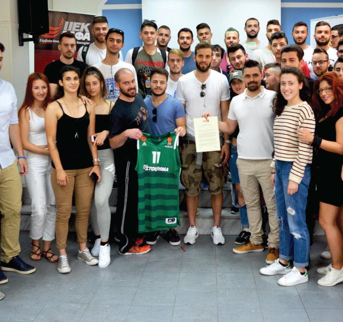 Ο μπασκετμπολίστας Νίκος Παπάς με σπουδαστές του ΙΕΚ ΑΛΦΑ