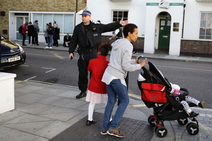 Λονδίνο: Σε εξέλιξη ανθρωποκυνηγητό για τη σύλληψη του δράστη - εικόνα 16