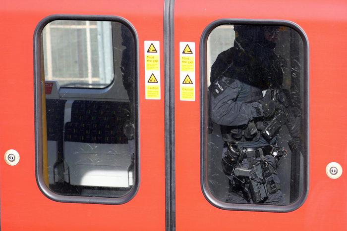 Λονδίνο: Σε εξέλιξη ανθρωποκυνηγητό για τη σύλληψη του δράστη - εικόνα 7